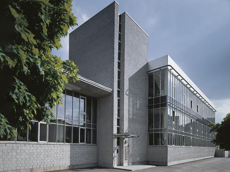 1995: Das Logistikzentrum und Hochregallager nimmt seinen Betrieb auf.