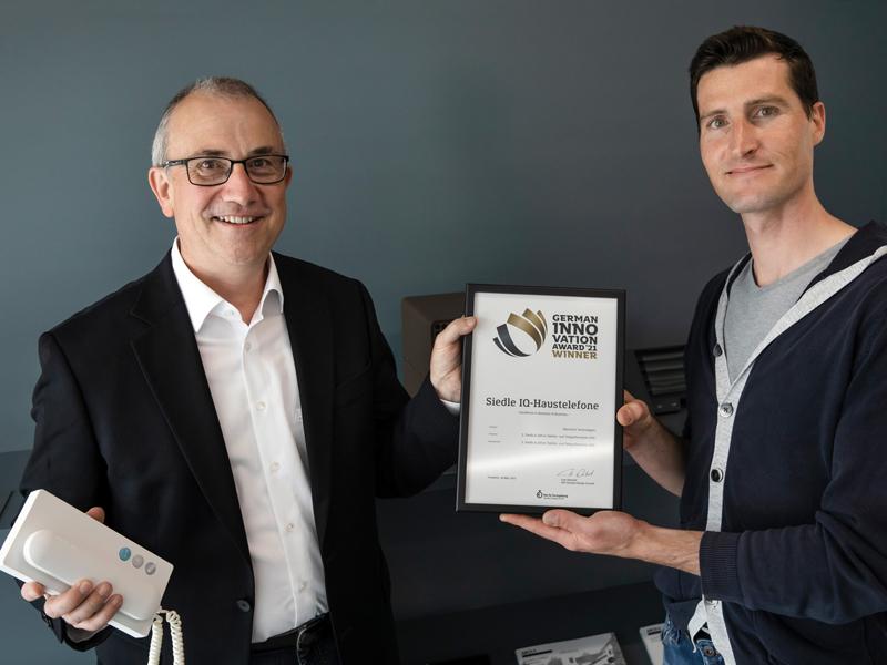 Siedle-Produktmanager Dieter Michel, links, und Siedle-Designmanager Rüdiger Weber freuen sich für das gesamte Team über den German Innovation Award 2021.