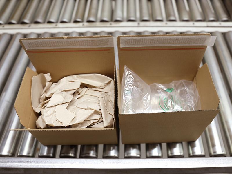 Die Luftpolsterfolie rechts im Karton schneidet in der Ökobilanz vorteilhafter ab als das geknüllte Seidenpapier.