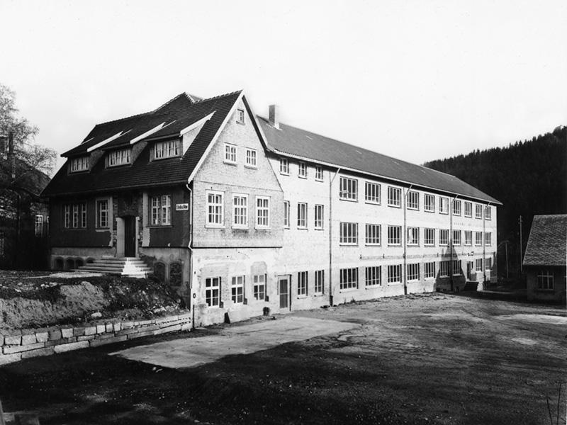 1953: Neubau nach einem verheerenden Brand, dem fast alle Fabrikgebäude zum Opfer fielen.