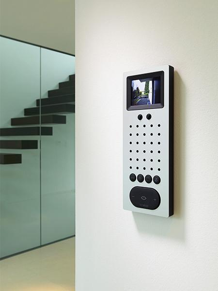 Video-Freisprechtelefon mit einer Oberfläche aus massivem, gebürstetem Edelstahl