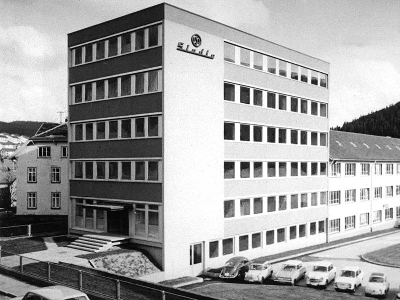 1965: Auf dem ursprünglichen Areal entsteht ein neues Verwaltungsgebäude.