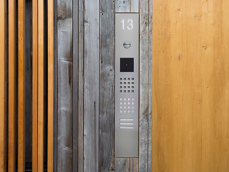 Siedle Steel Türsprechanlage in Holzfassade integriert